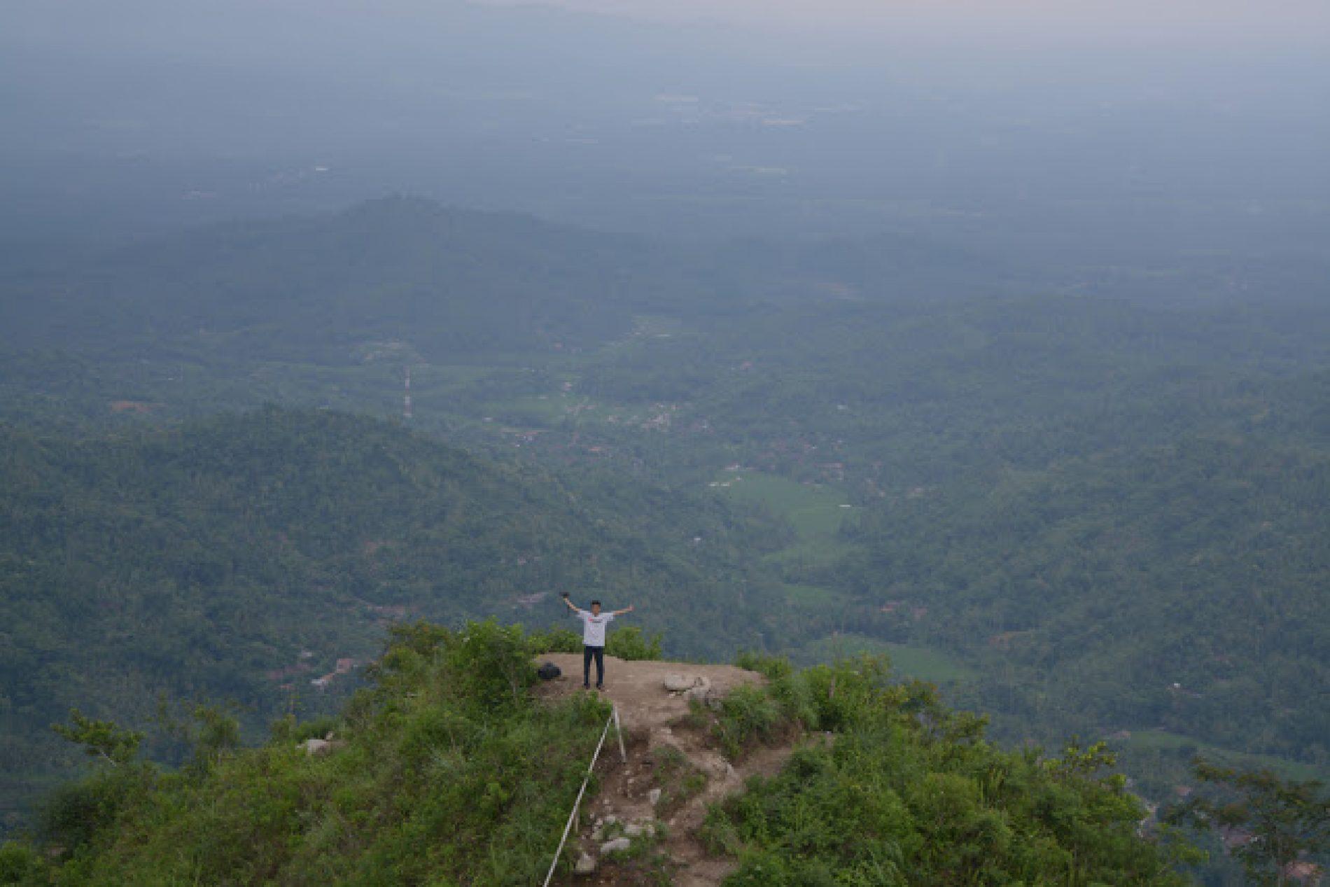Pemandangan Luar Biasa dari Puncak Gunung Kukusan