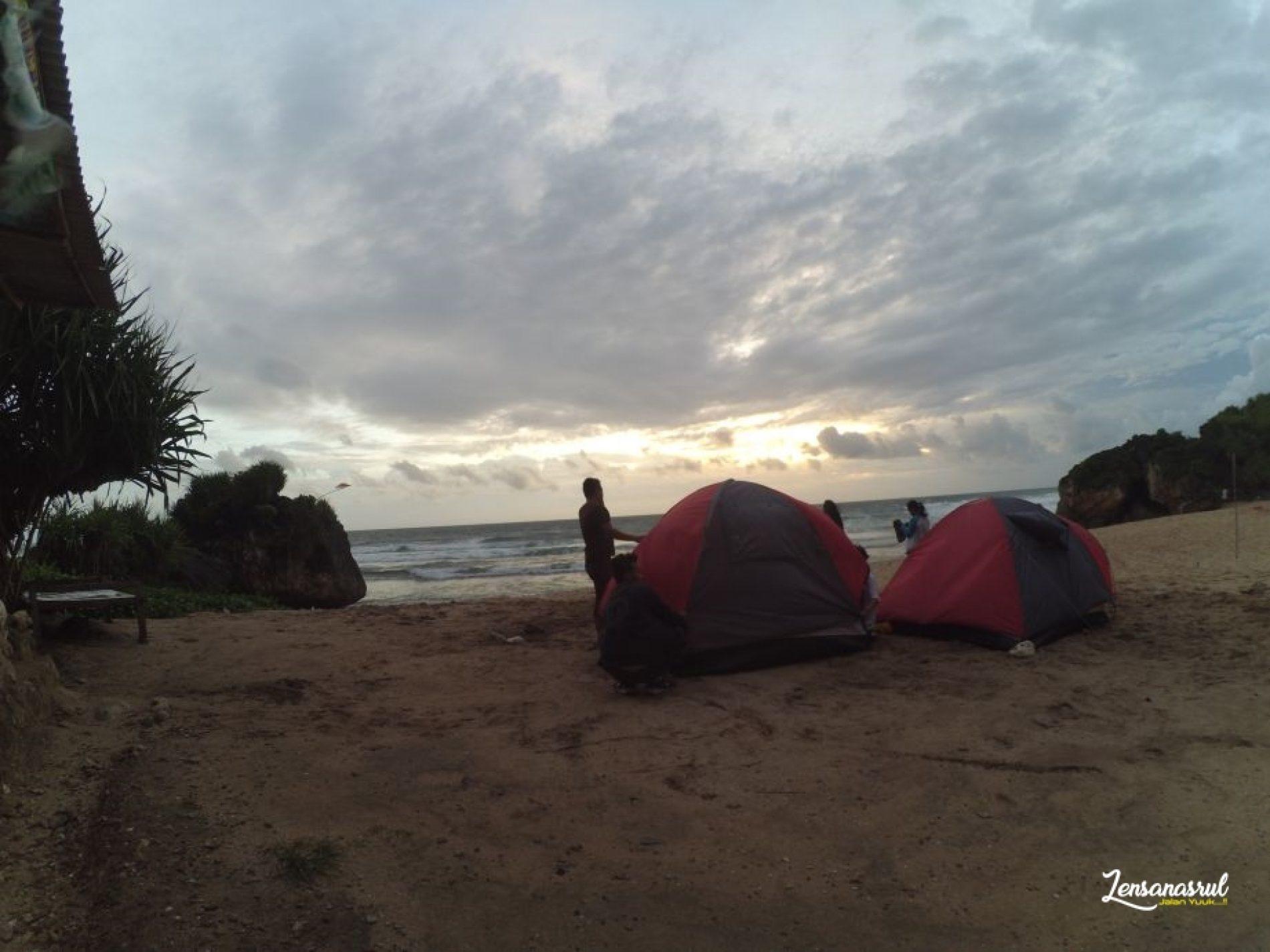 Camping di Pantai Ngrumput Di Terjang Badai