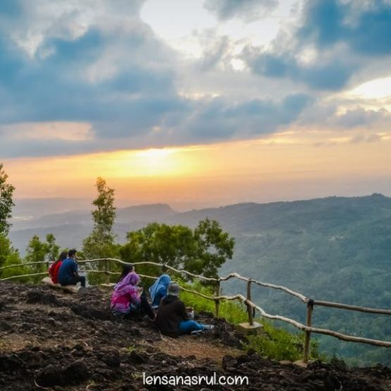 Keindahan Sunset Dari Hutan Pinus Pengger Dlingo Yogyakarta