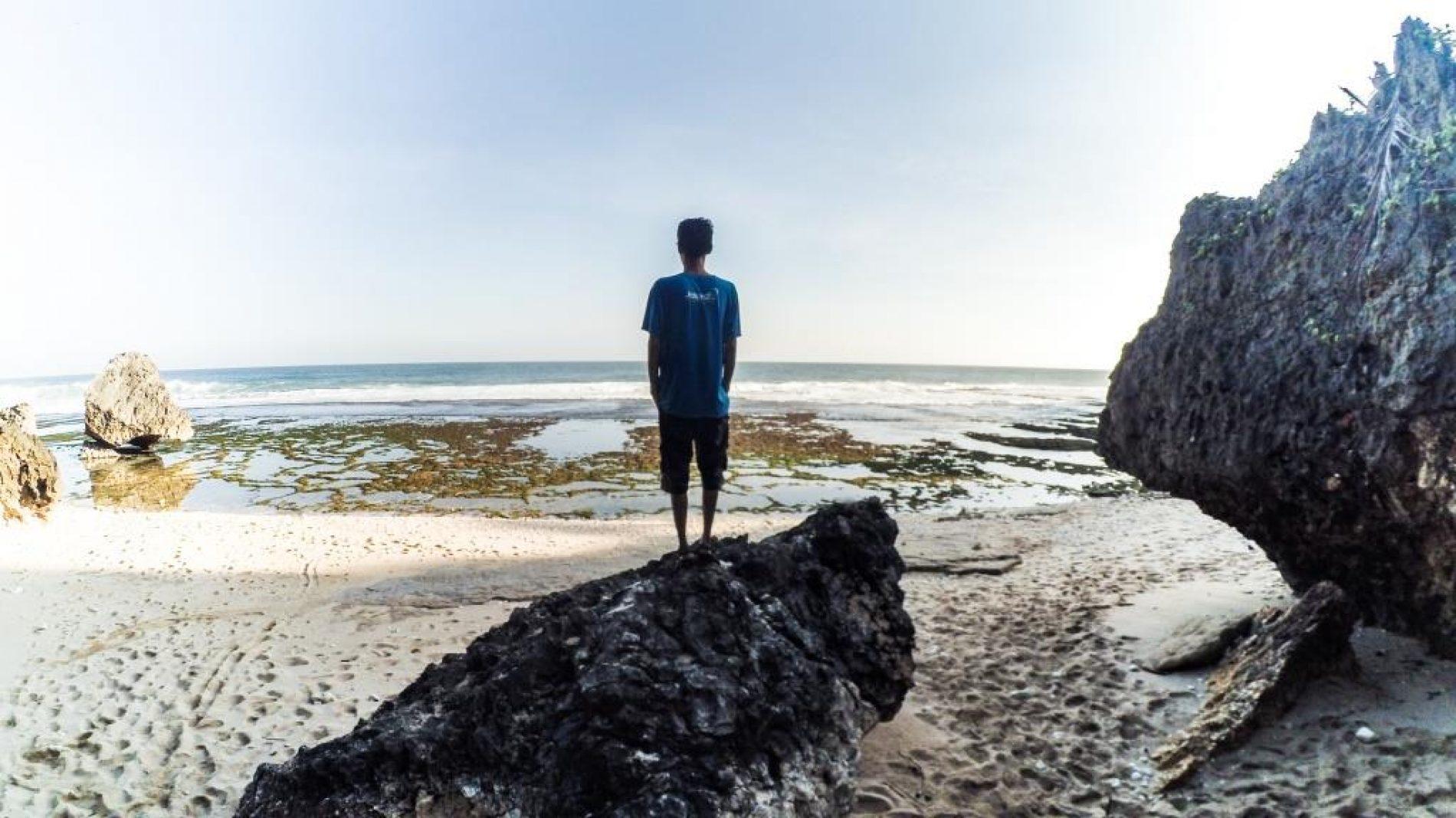Menikmati Suara Ombak Di Pantai Pringjono