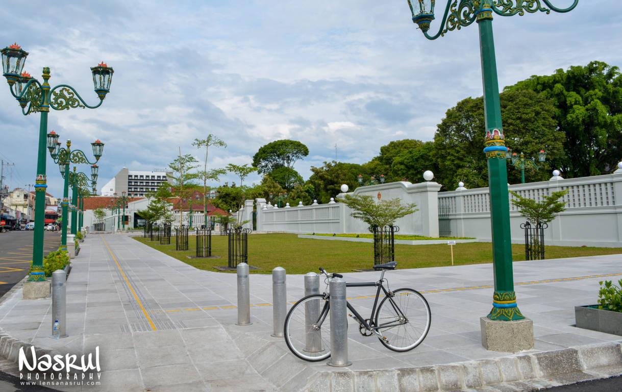 Sepeda di samping kantor gubernur yogyakarta